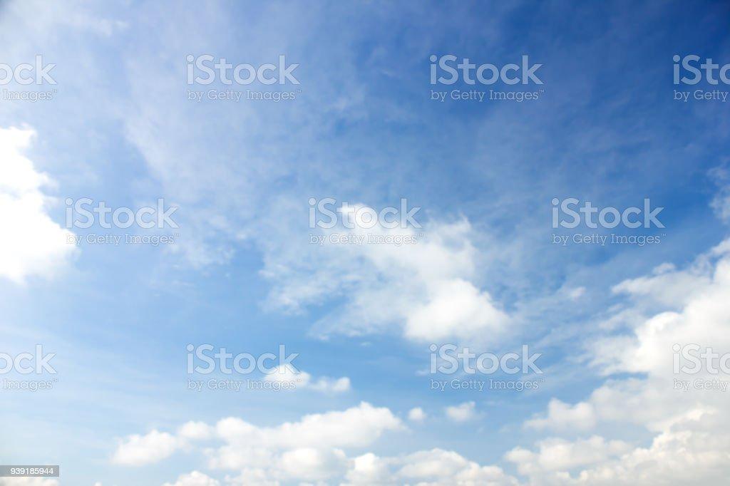 Wolken in den blauen Himmel Hintergrund  – Foto
