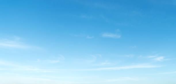 nuages dans le ciel bleu - bleu photos et images de collection