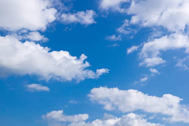 Wolken in den blauen Himmel – Foto