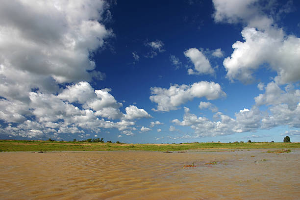 Wolken in tiefblauem Himmel – Foto