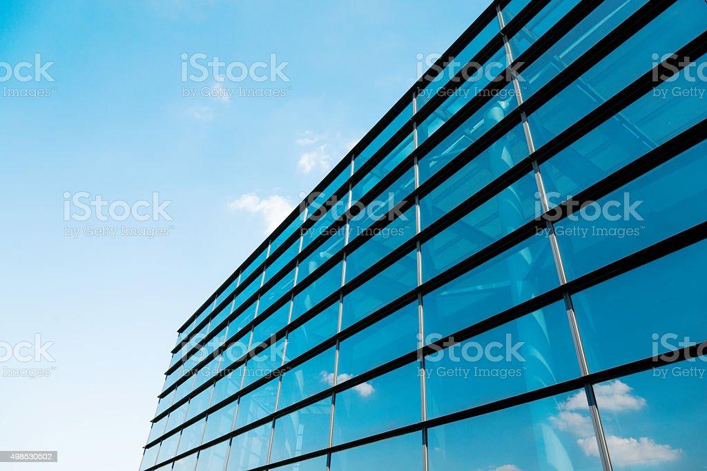 Wolken sich auf Glas office building – Foto