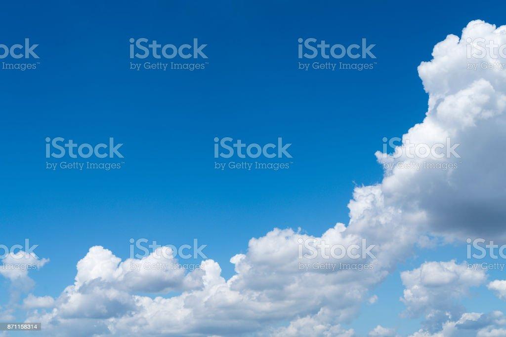 Wolkengebilde und blauen Himmel für Hintergründe – Foto