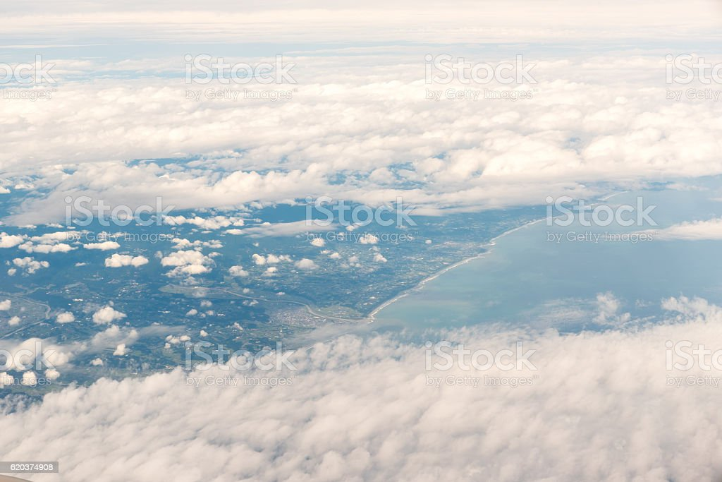 Cloudscape view with mountain above white clouds and blue sky foto de stock royalty-free