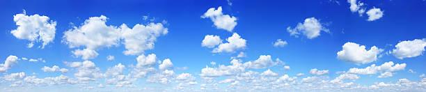 Wolkengebilde weißen Wolken in den blauen Himmel – Foto