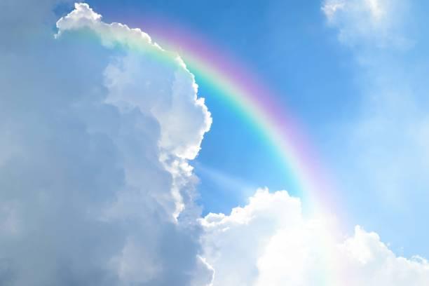 cloudscape com arco-íris azul do céu e nuvens brancas - arco íris - fotografias e filmes do acervo