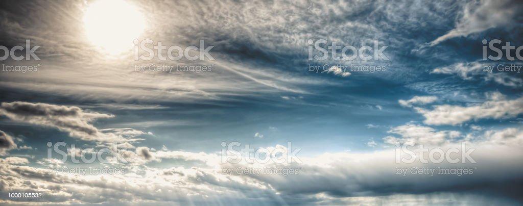 Bewölkt, blau, regnerischen Himmel mit Wolken und Sonne. Bunter Abend Natur. – Foto