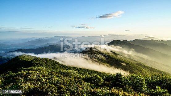 아침에 구름이 아름답게 깔린 산의 모습