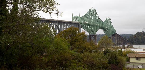 Giorno nuvoloso McCullough Memorial Bridge Coos Bay Oregon - foto stock