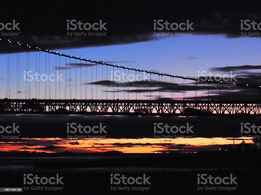 曇り空、明石海峡大橋。 ストックフォト