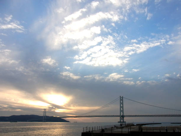 曇り空や明石海峡大橋。 ストックフォト