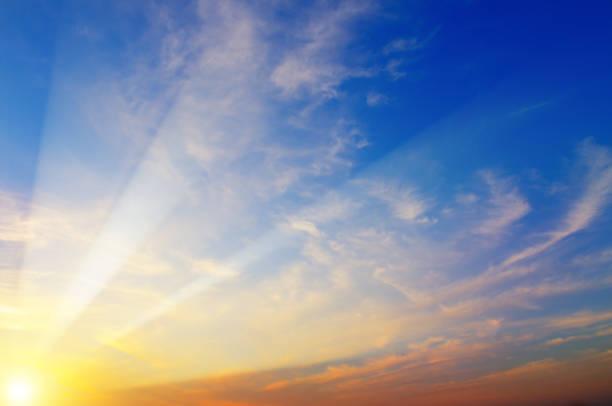Bewölkter Himmel und strahlende Sonne aufgehen über dem Horizont. – Foto