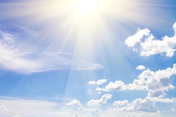 Nublado cielo azul con el sol - foto de stock