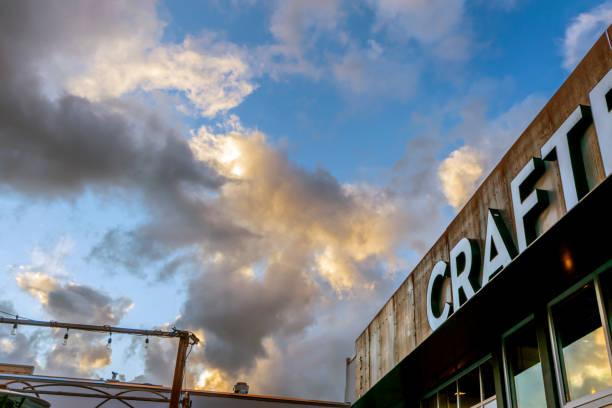 Bewolkte hemel die omhoog van het teken van een gebouw kijkt foto