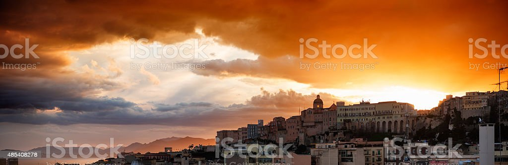 Nublado pôr-do-sol com vista panorâmica de Cagliari - foto de acervo