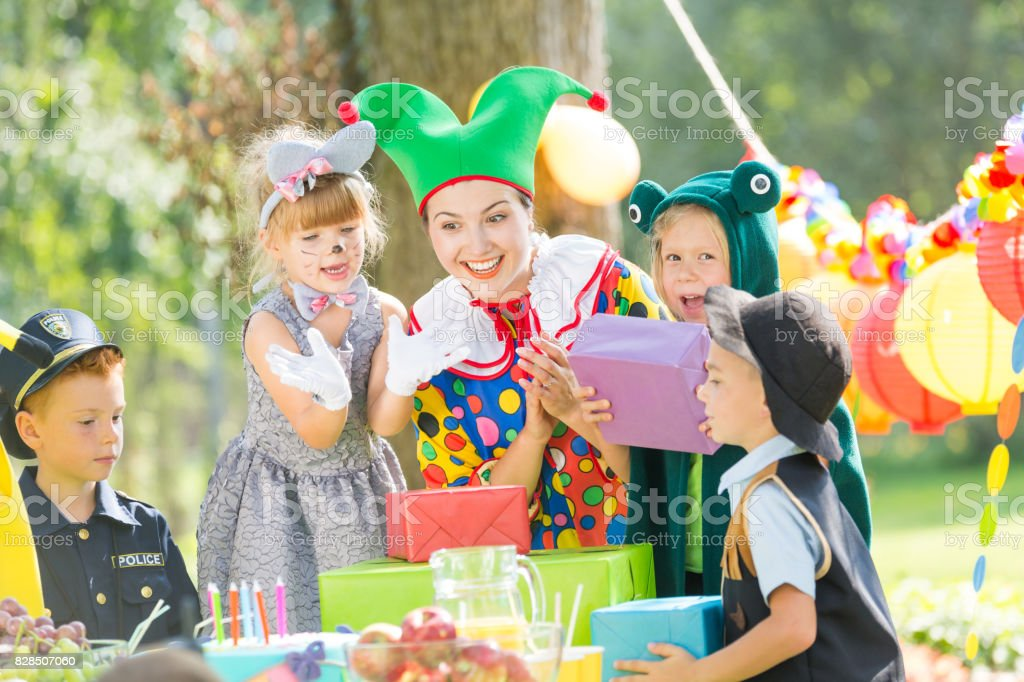 Clown and presents for kids стоковое фото