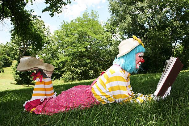 Clown liest ein Buch – Foto