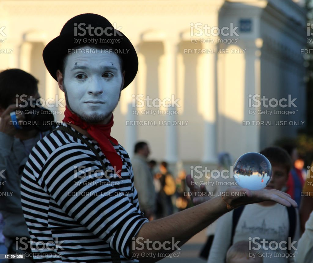 Clown met een magische kristallen bol op een vakantie gewijd aan de stad dag van Moskou foto
