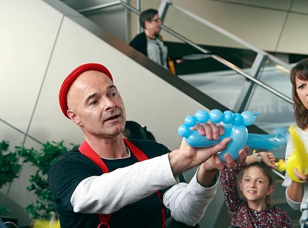 clown mit luft ballons - theater der jungen welt stock-fotos und bilder