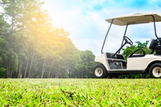 Golf voiturette ou voiture de Club sur fairway de golf - Photo
