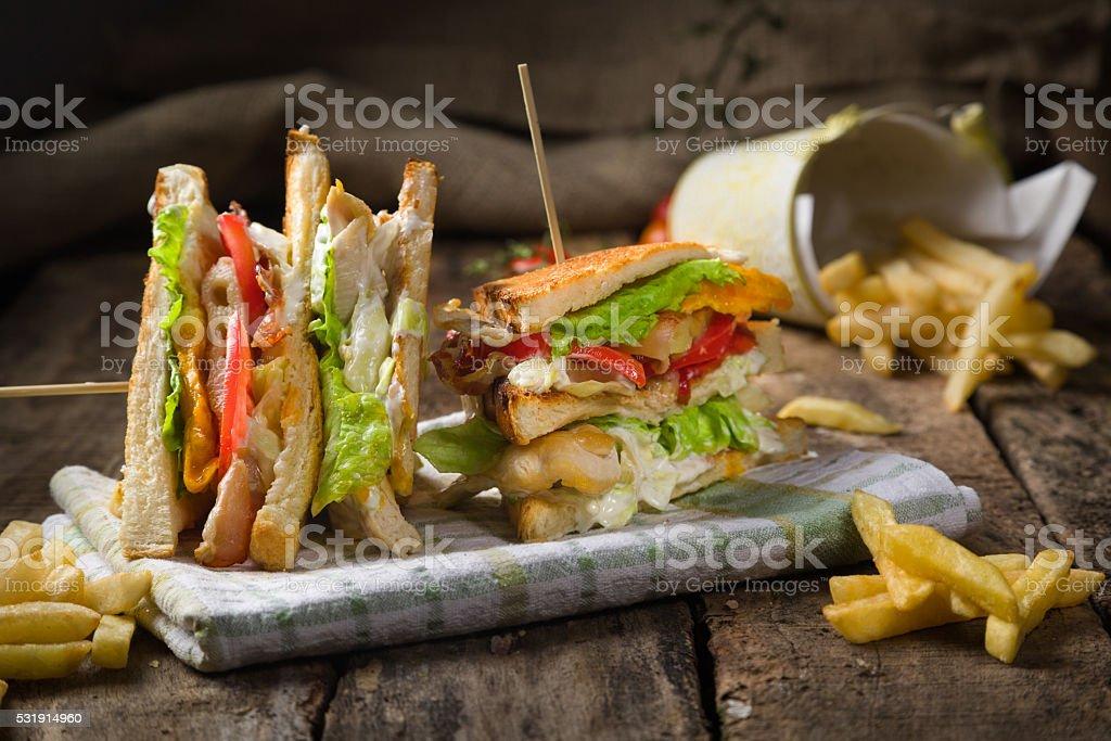 Club sandwich sur table en bois rustique. - Photo