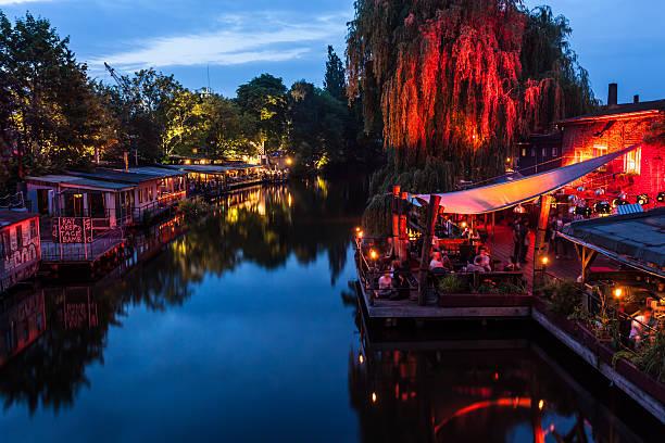 club-szene in berlin - kreuzberg stock-fotos und bilder