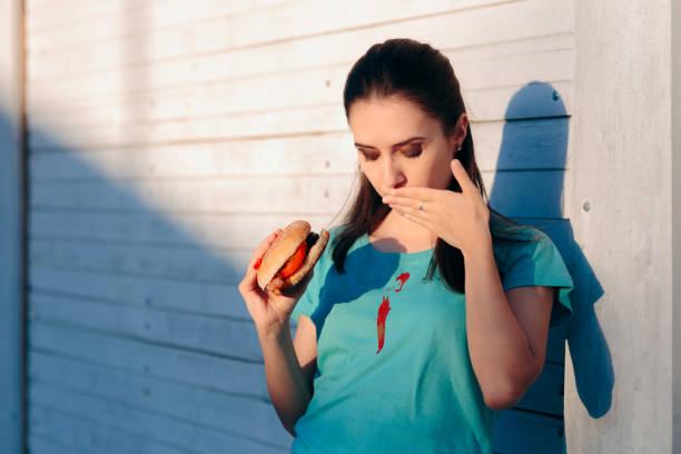 Unbeholfene Frau staining ihr Shirt mit Ketchup-Sauce – Foto