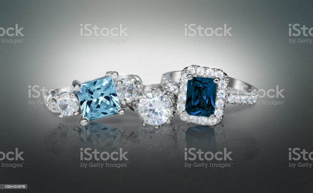 Cluster Stack of Multiple blue Diamond sapphire Wedding Engagement Rings in a group - Zbiór zdjęć royalty-free (Biżuteria)