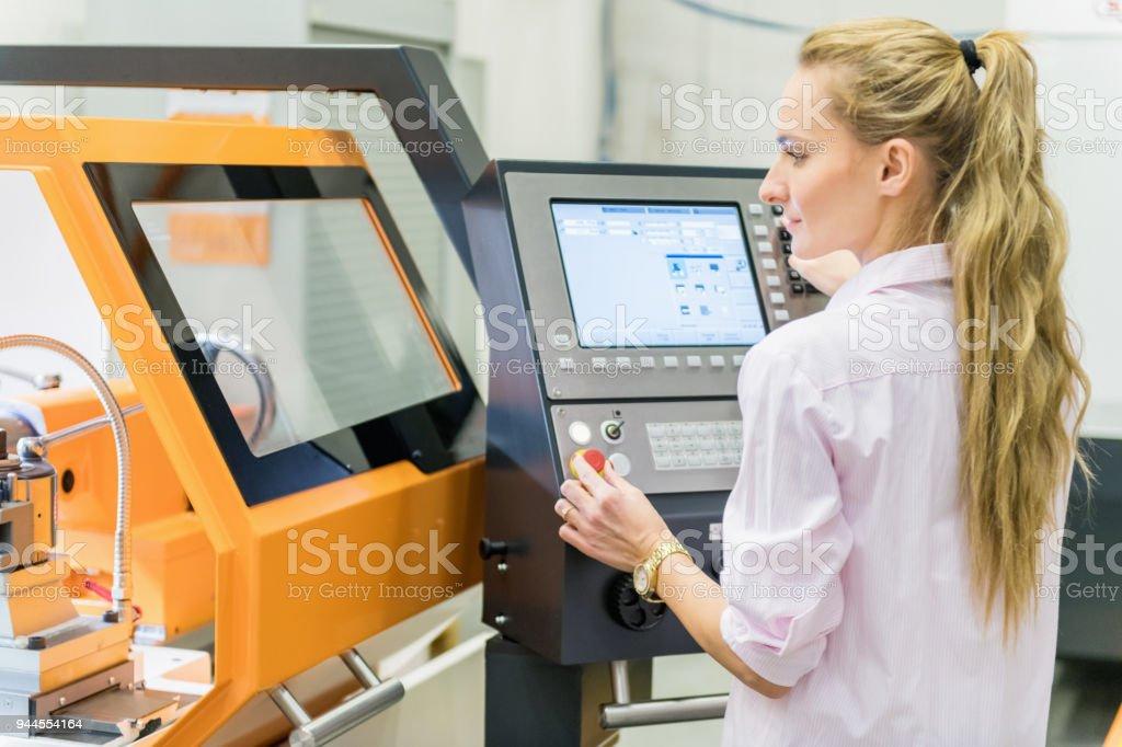 CNC-Maschine im Werk – Foto