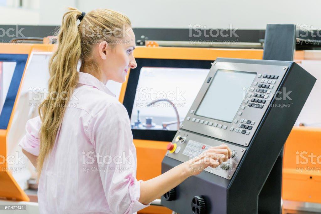 CNC-Maschine & Programmierung & moderne Fabrik – Foto