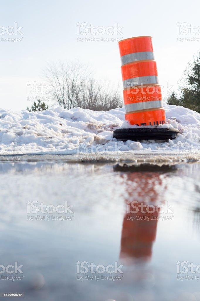 Cône orange et rue inondée - Photo