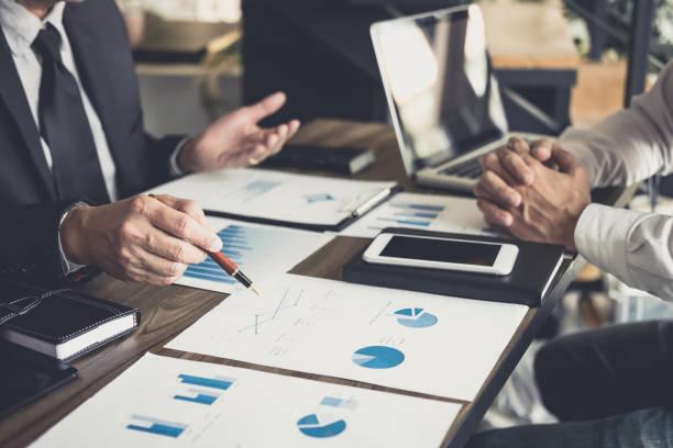 Réunion de travail Co, Business team rencontrer présents, investisseur collègues discuter nouveau plan financier un graphique des données de table de bureau avec ordinateur portable et tablette numérique, Finance, comptabilité, investissements - Photo