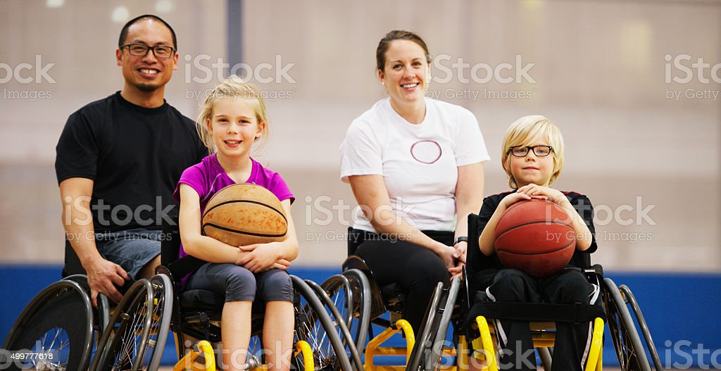 Coach y estudiantes de estar feliz en sus sillas de ruedas - foto de stock