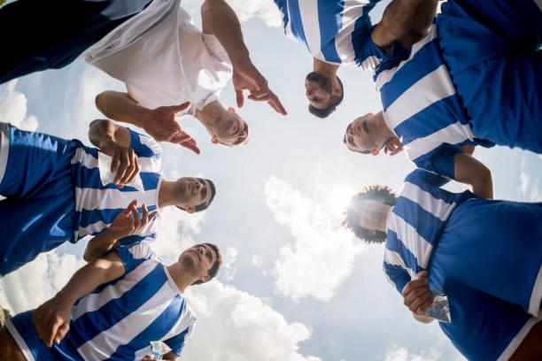 treinador deu instruções a um grupo de jogadores de futebol - equipa de futebol - fotografias e filmes do acervo