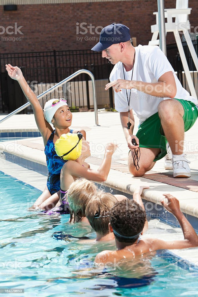 Coach parle d'équipe de natation - Photo