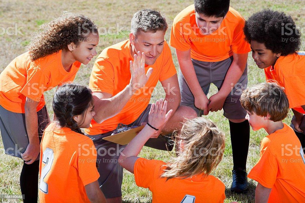 Entraîneur avec les enfants des équipes sportives - Photo