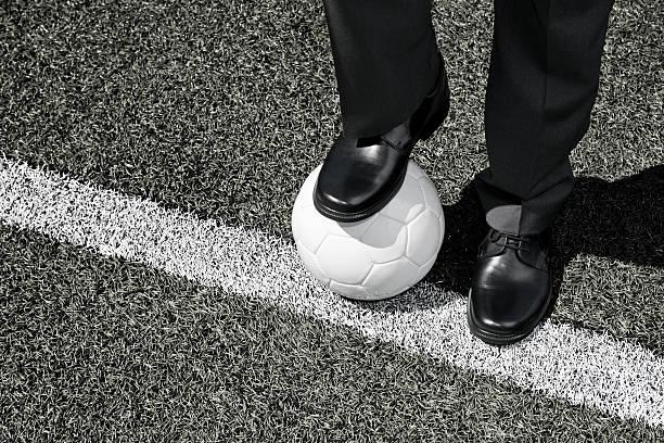 Bus mit Fußball Ball auf die Touchline  – Foto