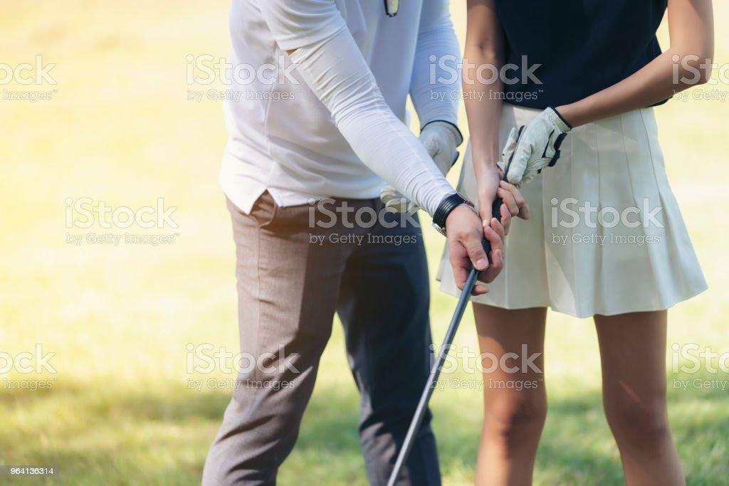 Trainer unterrichten Golfer, Holz am Anfang zum Golfspielen zu fangen. – Foto