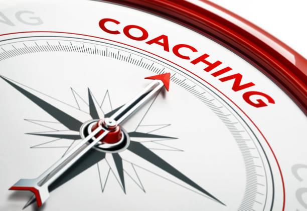Concept de coaching: Flèche d'une boussole pointant vers le texte Coaching - Photo