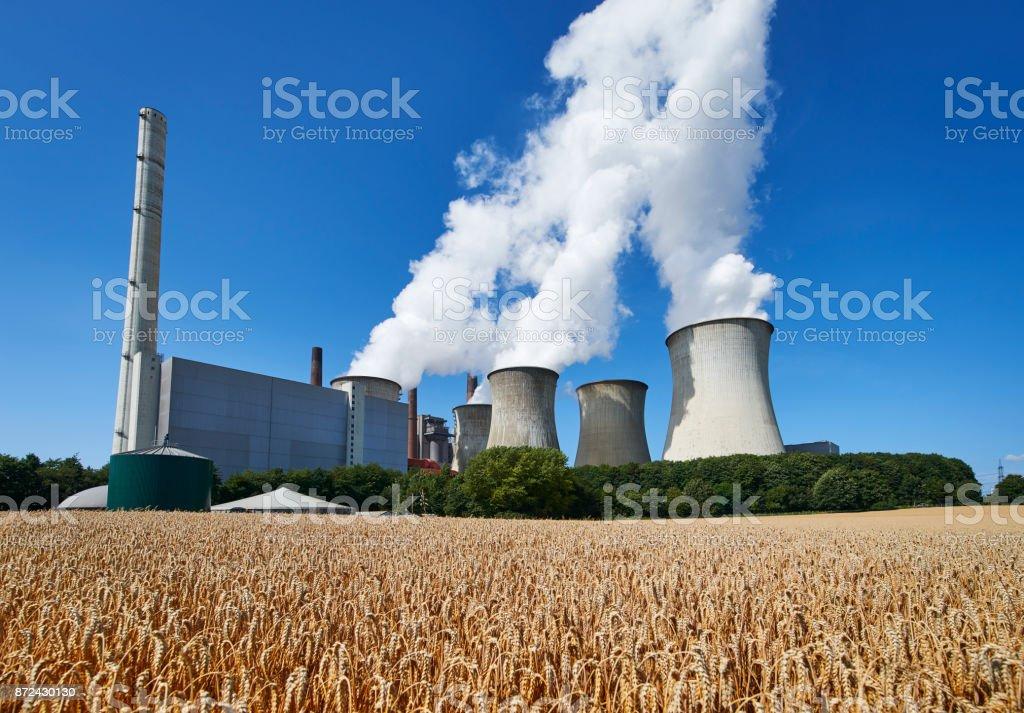 Kohle-brennenden Triebwerk und Korn Feld – Foto