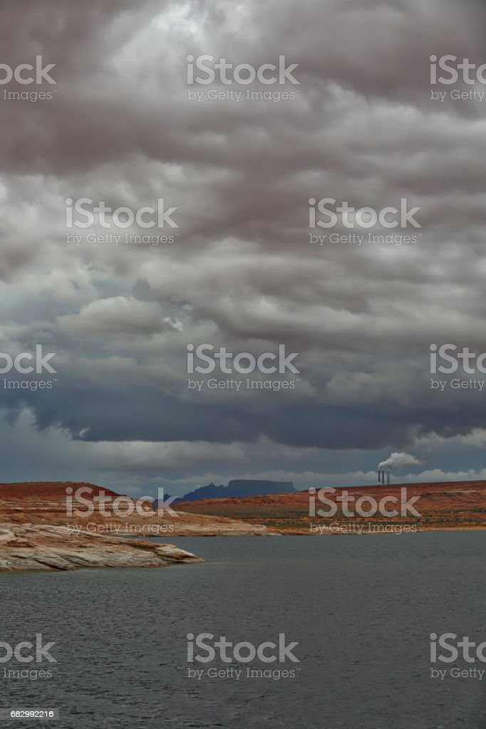 Coal fired power plant smokestacks. Lake Powell. Arizona. foto de stock royalty-free
