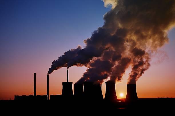 silueta de una central eléctrica de carbón al atardecer, pocerady, república checa - contaminación ambiental fotografías e imágenes de stock