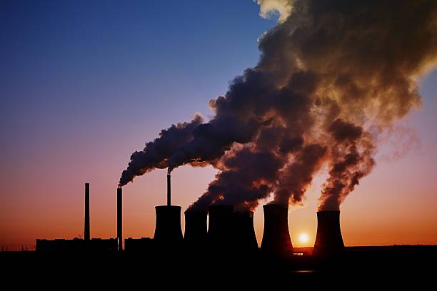 coal fired power station silhouette at sunset, pocerady, czech republic - schornstein konstruktion stock-fotos und bilder