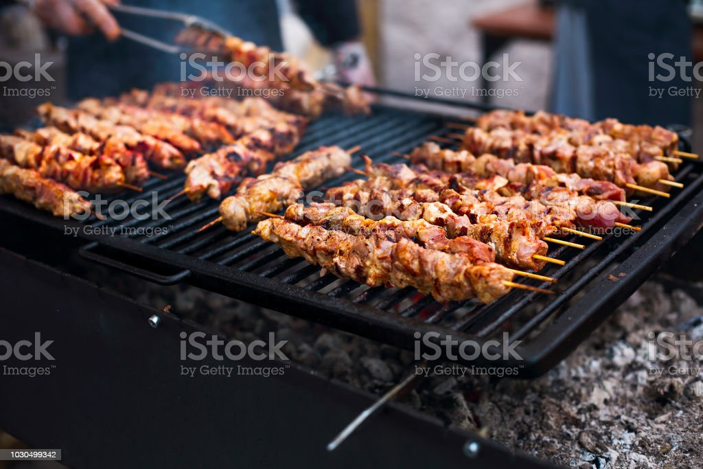 Grill charbon de brochettes de viande de poulet - Photo