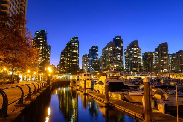 coal harbour in vancouver, bc, kanada in der dämmerung - immobilienangebote stock-fotos und bilder