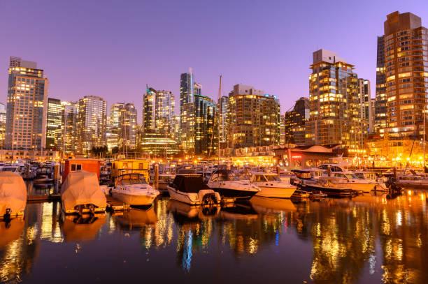 coal harbour in vancouver, bc, kanada bei sonnenuntergang - immobilienangebote stock-fotos und bilder
