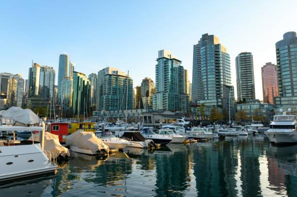 coal harbour in vancouver, bc, kanada - immobilienangebote stock-fotos und bilder