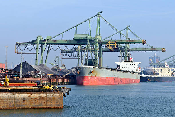 Carbone nave nel porto di trasporto - foto stock