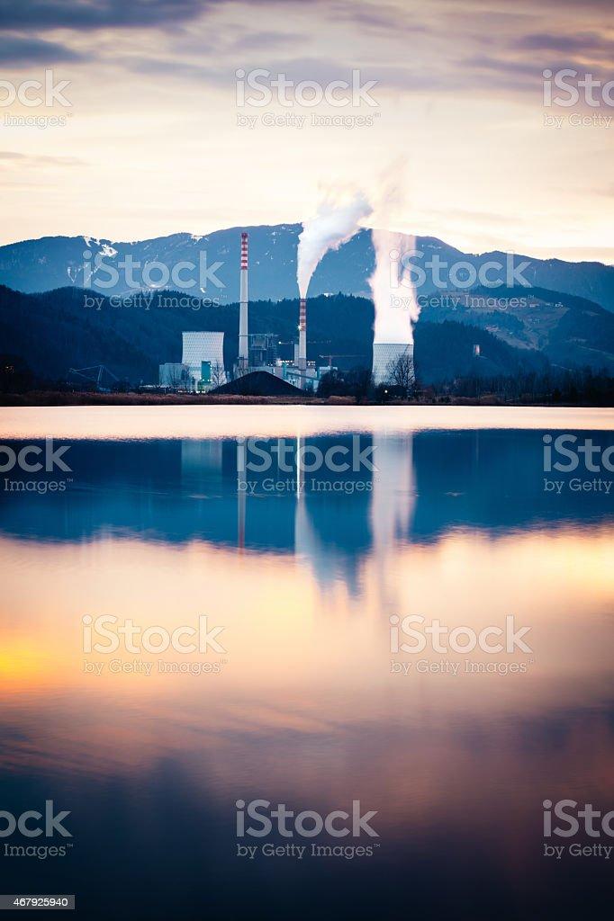 Centrale au charbon sur le lac à la lumière du soir - Photo