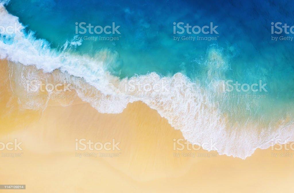 Üst görünümden bir arka plan olarak sahil. Üst görünümden turkuaz su arka plan. Havadan yaz deniz manzarası. Nusa Penida Adası, Endonezya. Seyahat-görüntü - Royalty-free Ada Stok görsel