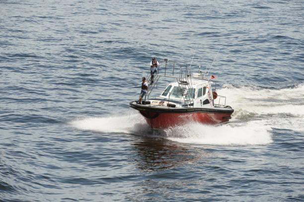 coast guard pilot boot in der nähe von rio de janeiro - rettungsinsel stock-fotos und bilder